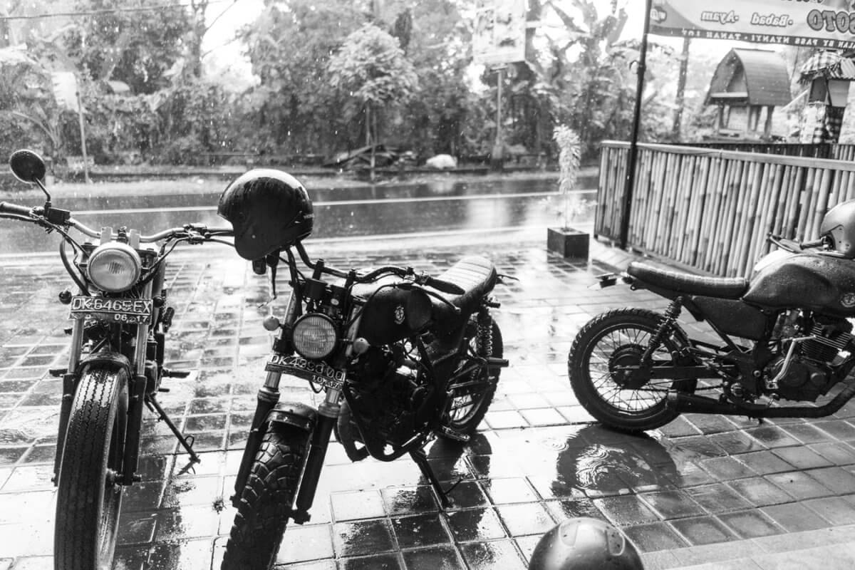 Choisir ses vêtements de pluie  Pluie-a%CC%80-moto-1200x800