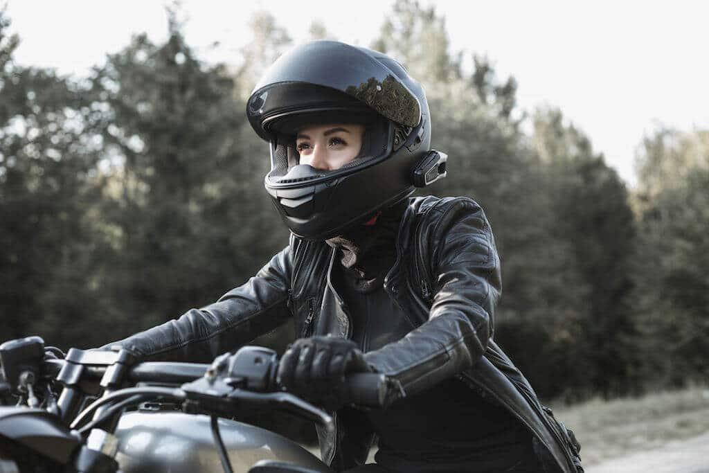 femme habillée en cuir sur une moto