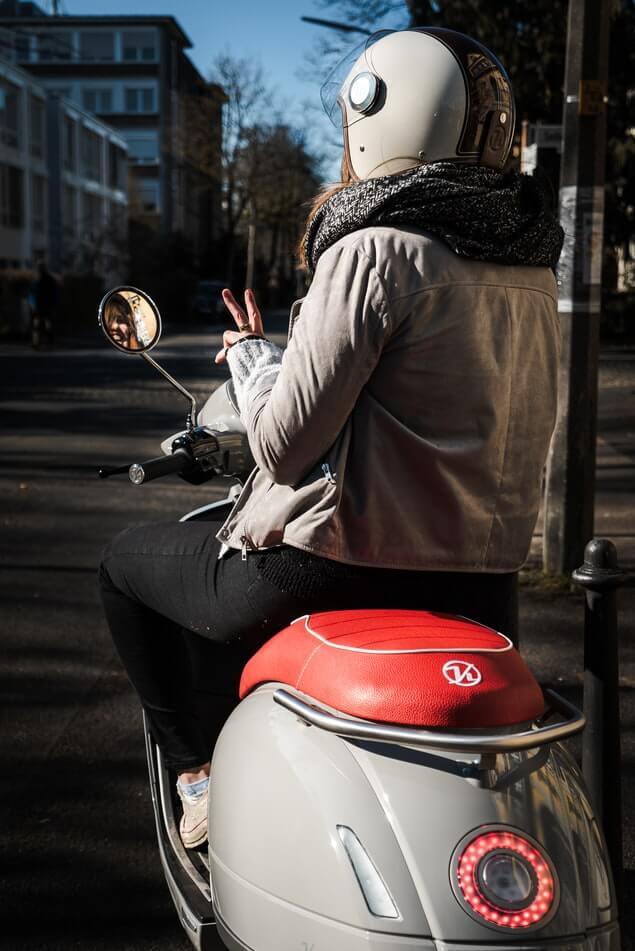 femme-scooter-casque